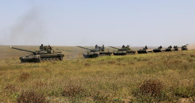 Des chars d'assaut ukrainiens à la« frontière» avec la Crimée, le 12 août.