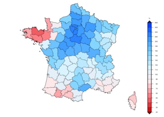 Rapport à la normale (établie entre 1981 et 2010) des cumuls mensuels de pluie par département. En rouge là où ils ont été inférieurs à la normale, en bleu où ils ont été supérieurs.