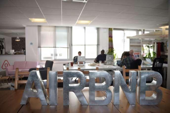 Dans les bureaux parisiens d'Airbnb, en juillet 2015.