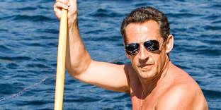 Elu président trois mois plus tôt, Nicolas Sarkozy a rejoint le lac Winnipesaukee, dans le New Hampshire, pour quelques jours de repos. Là-bas, son embarcation est moins luxueuse que le yacht de Bolloré, mais elle lui permet au moins d'exhiber son torse tonique, ses gros bras, sa belle montre, sa chaînette, son maillot de bain à rayures bayadères, et puis ses fameuses lunettes aviateur. Mis au point en 1933 par la marque Bausch& Lomb pour les pilotes de l'US Air Force, le modèle avait connu son essor dans les années 1980, lorsque Michael Jackson avait lancé la tendance. Et nous qui croyions Sarkozy fan de Didier Barbelivien…