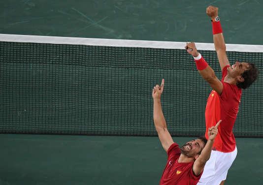 Rafael Nadal (à droite) et Marc Lopez après leur victoire en double à Rio, le 12 août.