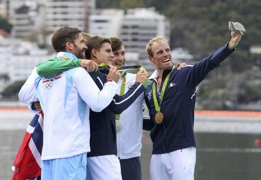 Pierre Houin et Jeremie Azou, médaille d'or endeux de couples poids léger, en compagnie des médaillés irlandais et norvégiens, 12 août.