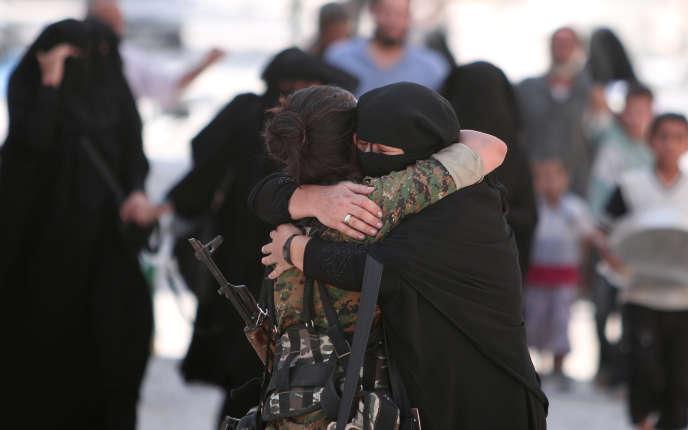 Une habitante de Manbij remercie une combattante kurde après la libération de la ville, le 12 août 2016.