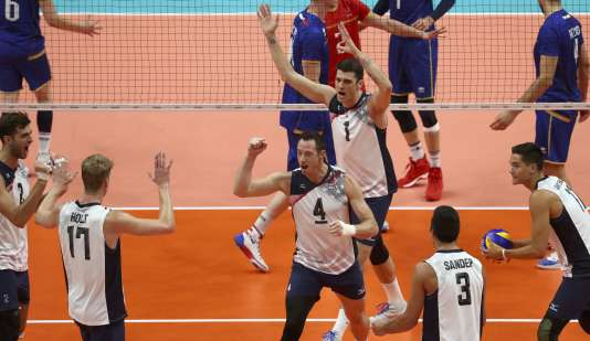 Les Etats-Unis ont battu la France en quatre sets (25-22, 25-22, 14-25, 25-22).