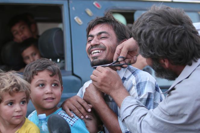 Un homme se fait couper la barbe à Manbij, après que les djihadistes de l'EI ont abandonné la ville aux Forces démocratiques syriennes, le 12 août 2016.