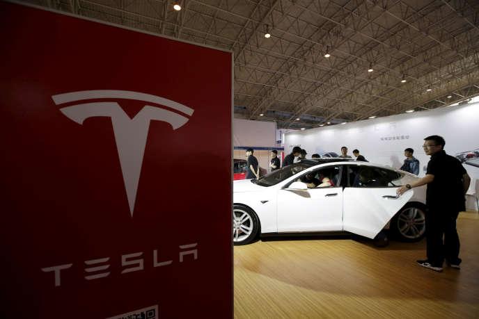 Présentation de la Tesla modèle S durant le salon de l'auto de la Chine en 2016.