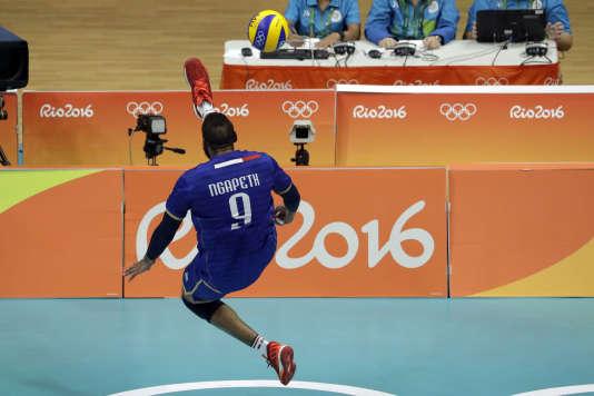 Earvin Ngapeth a perdu avec les Bleus mais il a été l'auteur d'un geste exceptionnel lors d'une réception acrobatique avec le pied.
