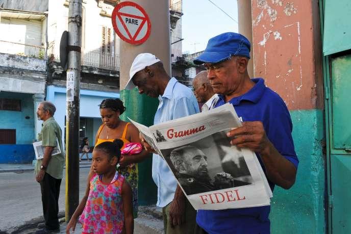 Un homme lit l'exemplaire de journal d'Etat, «Granma», daté du 13 août, jour du 90e anniversaire de Fidel Castro.
