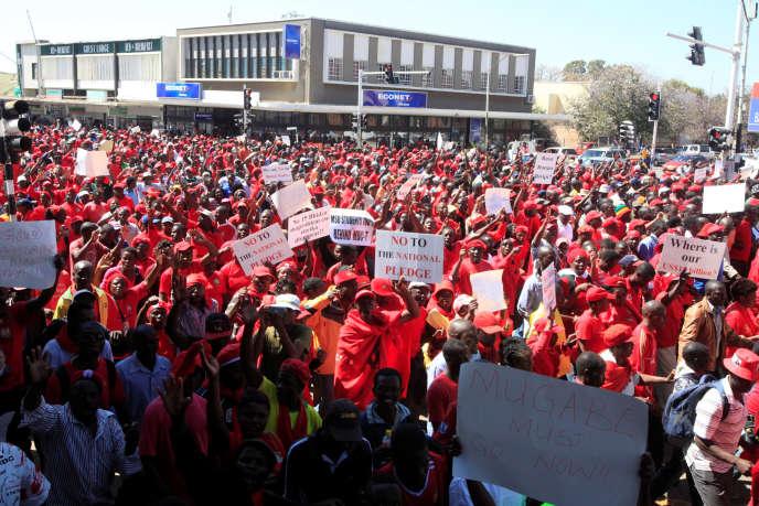 Une manifestation contre le gouvernement du président Robert Mugabe à Gweru, au Zimbabwe, le 13 août 2016.