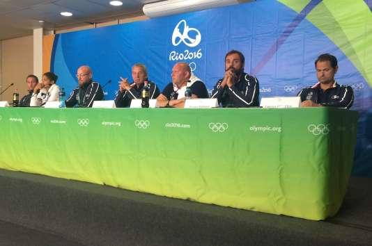 L'équipe de France de natation, visiblement en plein euphorie.