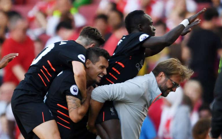 Sadio Mané est félicité par ses partenaires de Liverpool, après son but dimanche 14 août.