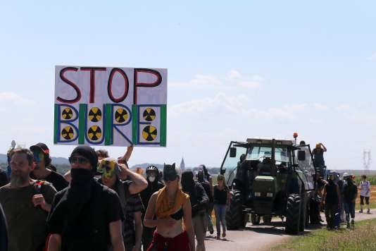 Quatre cents manifestants se sont rassemblés près de Bure (Meuse), dimanche 14 août, pour s'opposer au projet de« poubelle nucléaire».