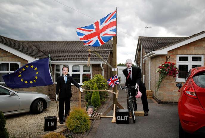 Des épouvantails évoquant le Brexit montrent l'ancien premier ministre britannique et défenseur du « Remain », David Cameron, portant un drapeau aux couleurs de l'Union européenne face au chef de file du camp « Leave », le chef de la diplomatie britannique, Boris Johnson, avec un drapeau du Royaume-Uni, à Heather, le 31 juillet.