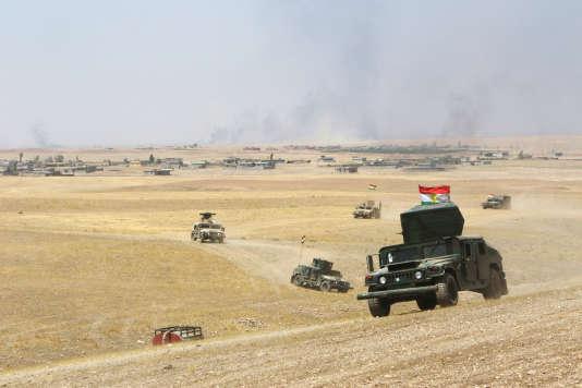 Des véhicules militaires appartenant aux pechmergas kurdes patrouillent au sud-est de Mossoul, le 14 août.