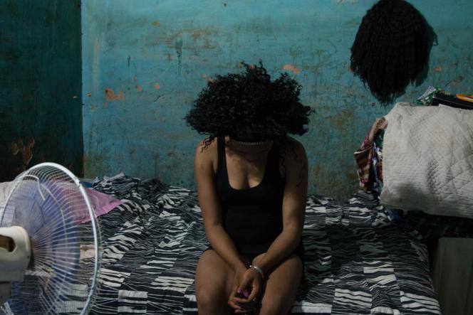 Sabine rêverait de devenir coiffeuse. Dans sa chambre, elle s'entraîne à la fabrication de perruques.