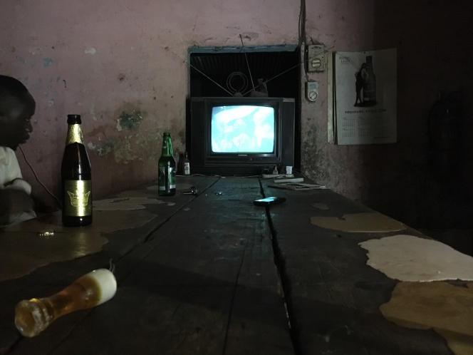 Au bar de l'autogare, la vieille télévision diffuse un clip de Bob Marley.