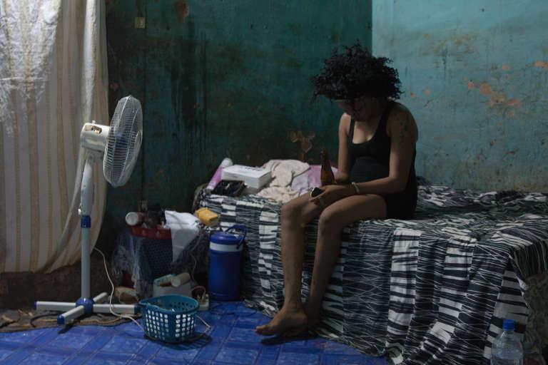 Sabine travaille à Sikasso depuis six mois, date à laquelle elle a quitté sa famille burkinabé pour venir au Mali.