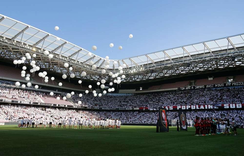 La cérémonie, marquée par une minute de silence, a duré un quart d'heure, avant la rencontreopposant Nice à Rennes dans le cadre de la première journée de Ligue 1
