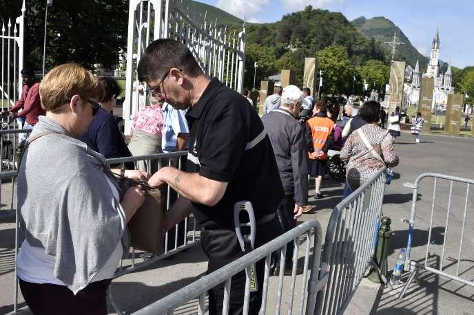Fouille des sacs à l'entrée du sanctuaire de Lourdes, le 11 août.