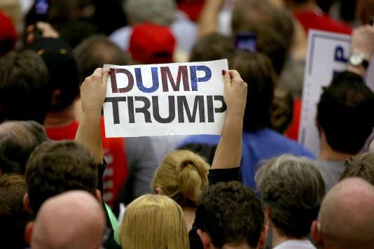 «Dump Trump» («Trump à la poubelle»). Une pancarte brandie en août 2016 aux abord d'une réunion publique du candidat républicain.
