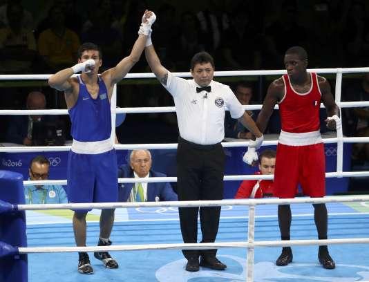 Souleymane Cissokho (à droite) lors de l'annonce de la victoire du KazakhDaniyar Yeleussinov, en demi-finales des moins de 69 kg, le 15 août à Rio.