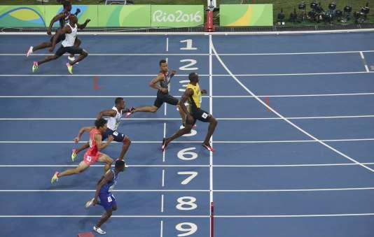 Usain Bolt passe la ligne en premier lors de la finale des Jeux olympiques de Rio en août 2016.