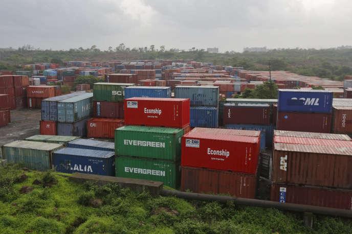 «Nos territoires sont en passe de devenir des plates-formes logistiques où transitent à longueur de journée, dans un sens et dans l'autre, des camions transportant peu ou prou la même chose !» (Photo : Containers stockés dans la ville de Bombay, en Inde).