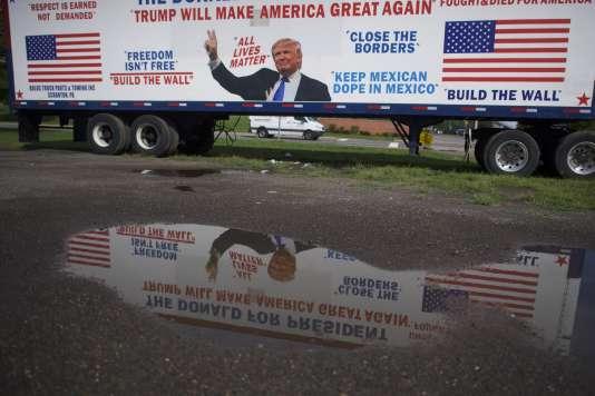 Un camion aux couleurs de Donald Trump à proximité du meeting d'Hillary Clinton, à Scranton (Pennsylvanie), le 15 août 2016.