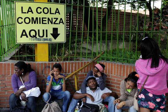 Devant un supermarché à Caracas, le 15 août. Un panneau annonce que « la queue commence ici». Au pochoir, on a ajouté :« Et ta dignité se termine ici.»