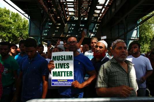 « La vie des musulmans compte», peut-on lire sur les pancartes brandies lors d'un rassemblement, lundi 15 août, après la cérémonie de prière en mémoire de l'imam Maulama Akonjee.