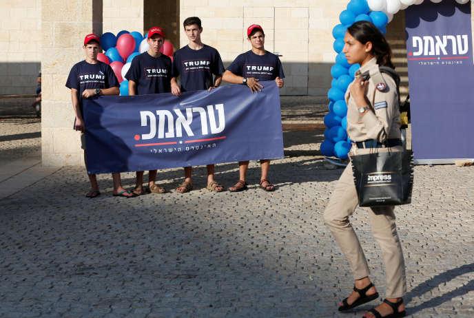 Une soldate israélienne passe devant des supporteurs de Donald Trump en Israël, à Modi'in, le 15 août 2016.