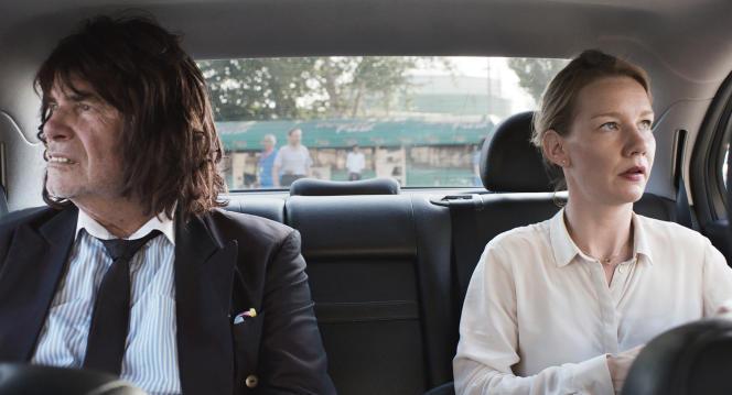 Peter Simonischek dans le rôle de Toni Erdmann/Winfried Conradi, à gauche et Sandra Hüller dans le rôle de Ines.