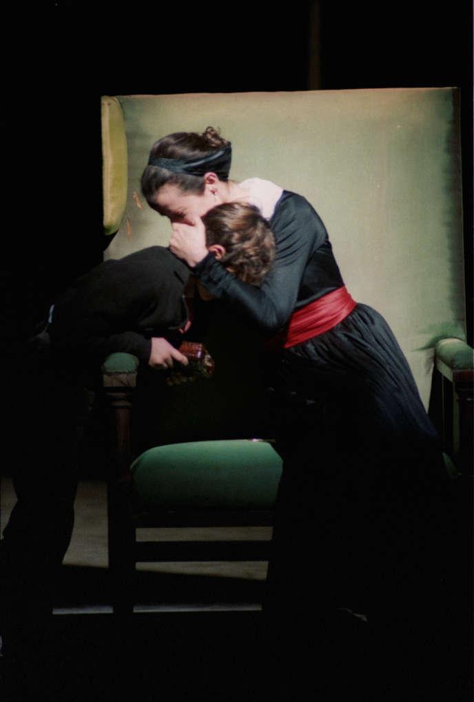 Julie (Dominique Reymond), en robe noire et ceinture rouge, dans «La Mort de Danton», de Georg Büchner, que Klaus Michael Grüber avait mis en scène au ThéâtreNanterre-Amandiers, en 1989.