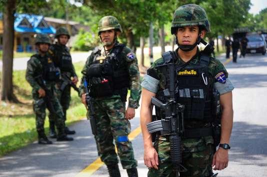 Des soldats thaïlandais, le 15 août, sur les lieux d'un attentat perpétré la semaine précédente.