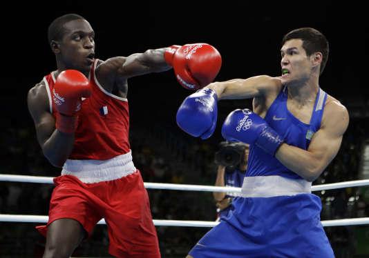 Souleymane Cissokho et Daniyar Yeleussinov, lors du premier round de la demi-finale des moins de 69 kg.