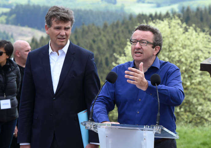 Christian Paul, député socialiste, et Arnaud Montebourg, ancien ministre de l'économie, lors de l'ascension du mont Bevray, le 16 mai 2016.