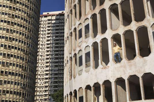 Paulo Sergio Niemeyer, architecte et petit-fils d'Oscar Niemeyer, le 23 juilet, dans la tour H. La construction de l'édifice, dessiné par son grand-père, ne sera jamais achevée à la suite de la faillite du promoteur immobilier.