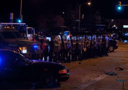 Des policiers anti-émeutes à Milwaukee, le 14 août 2016.