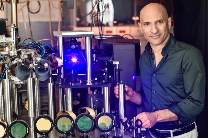 Jeff Steinhauer dans son laboratoiredu Technion (Institut israélien de technologie, à Haïfa, en Israël), près des lasers utilisés pour fabriquer un trou noir artificiel.