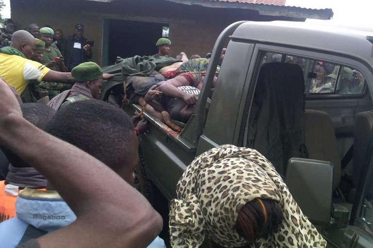 Des personnes se rassemblent autour d'un véhicule transportant les corps de victimes d'un massacre à Beni, dans l'est de la République démocratique du Congo, le 15 août 2016.