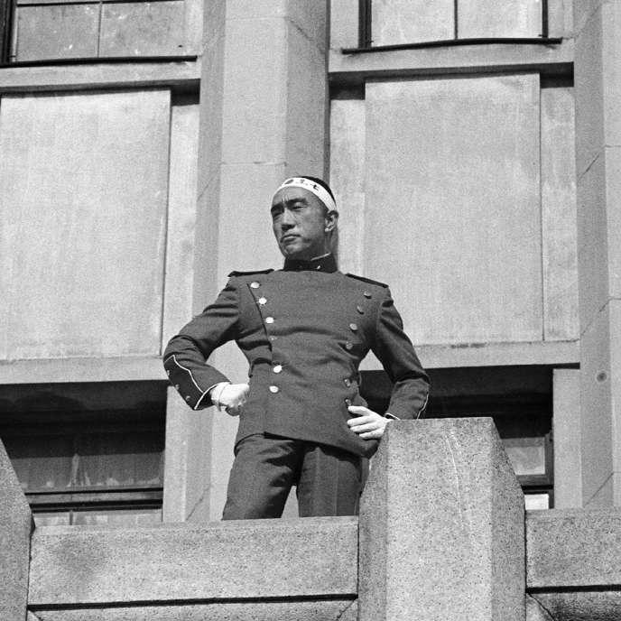 Yukio Mishima, le front ceint d'un«hashimaki» au balcon du quartier général de l'armée à Tokyo, le 25 novembre 1970.