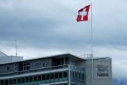Un drapeau suisse flotte sur le siège du géant mondial de l'alimentation Nestlé à Vevey, en Suisse, le 16 avril 2016. REUTERS/Denis Balibouse