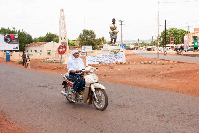 A l'entrée de Sikasso, une statut rendant hommage aux femmes, ouvrières et ménagères.