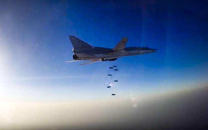 Image fournie par le ministère de la défense russe d'unTu-22M3 durant des frappes sur Alep en Syrie le 16 août.