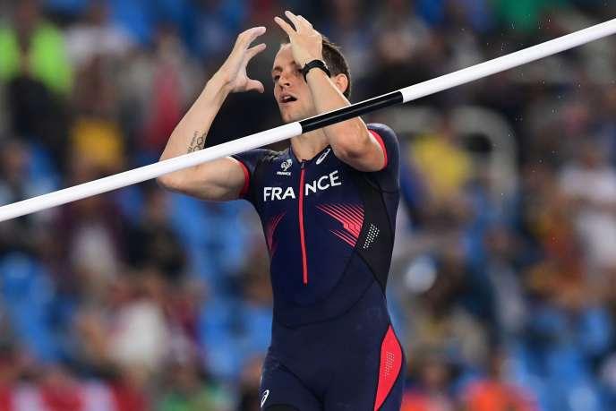 Renaud Lavillenie à l'issue de sa dernière tentative pour remporter le concours de saut à la perche, le 16 août.