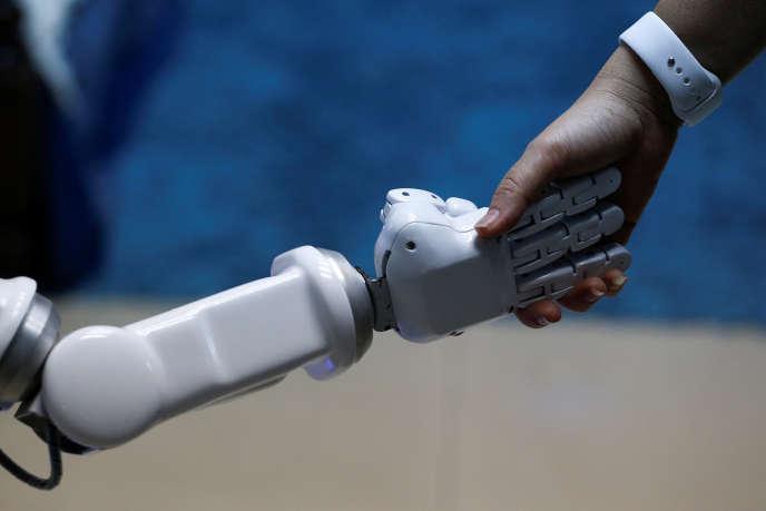 «A l'avenir, il faudra aussi s'enquérir de l'existence ou non de ces tiers virtuels que sont les robots, de leur paramétrage. Certaines entreprises s'en servent déjà pour recruter en interne, déceler les personnes à promouvoir» (Photo: à Bangkok, en Thaïlande, en juillet).