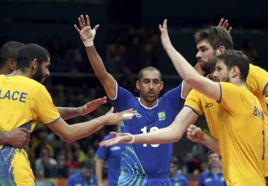 Les Brésiliens exultent après leur match de poule gagné contre la France.