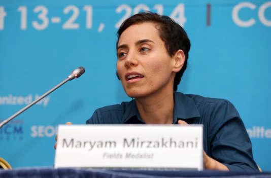 Maryam Mirzakhani en conférence de presse après la remise de sa médailleFieldsà Séoul, le 13 août 2014.