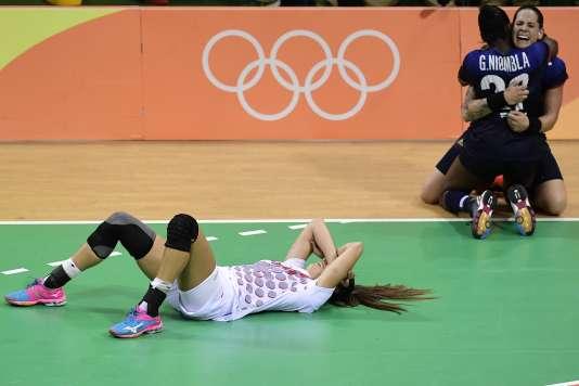 Alexandra Lacrabère et Gnonsiane Niombla tombent dans les bras l'une de l'autre au coup de sifflet final.