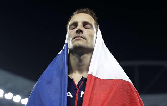 Renaud Lavillenie quitte le stade olympique après avoir remporté l'argent au concours de saut à la perche, à Rio, le 16 août.